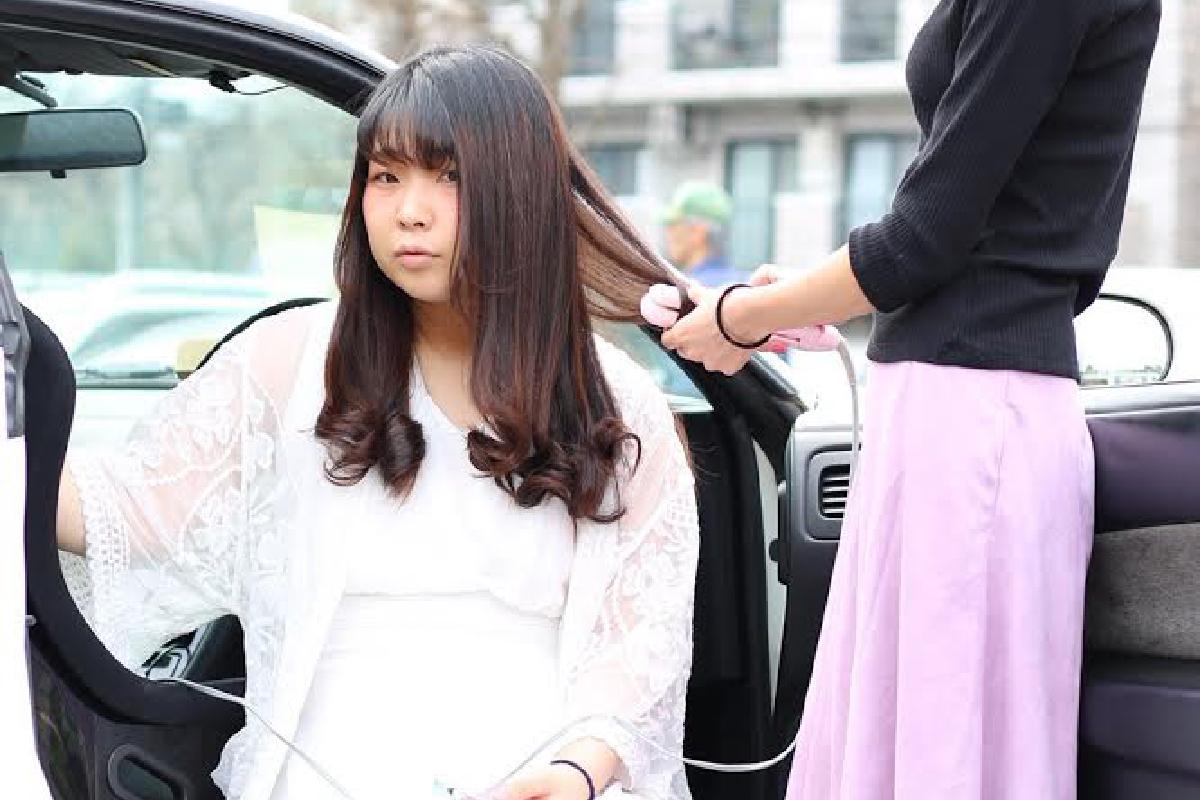 車でヘアメイク中の写真です。