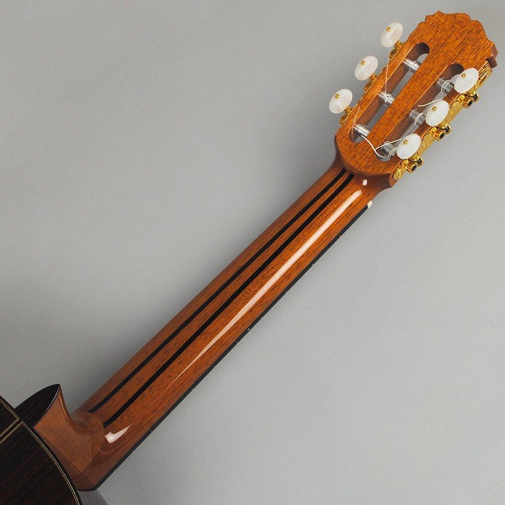 桜井正毅先生作のギター。黒檀をネックに使い、耐久性が向上しています。