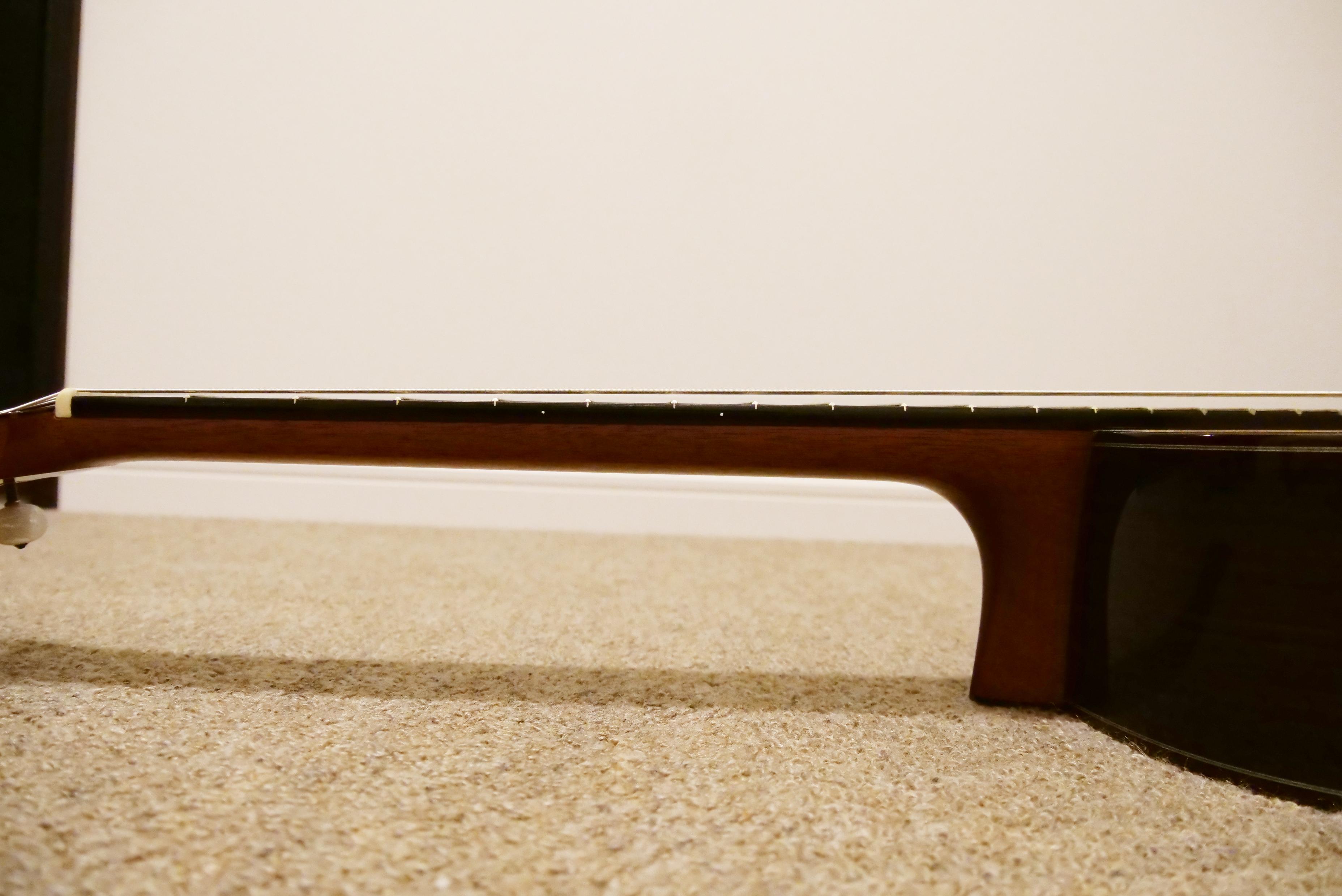 ギターのネックを横から撮影した写真です。
