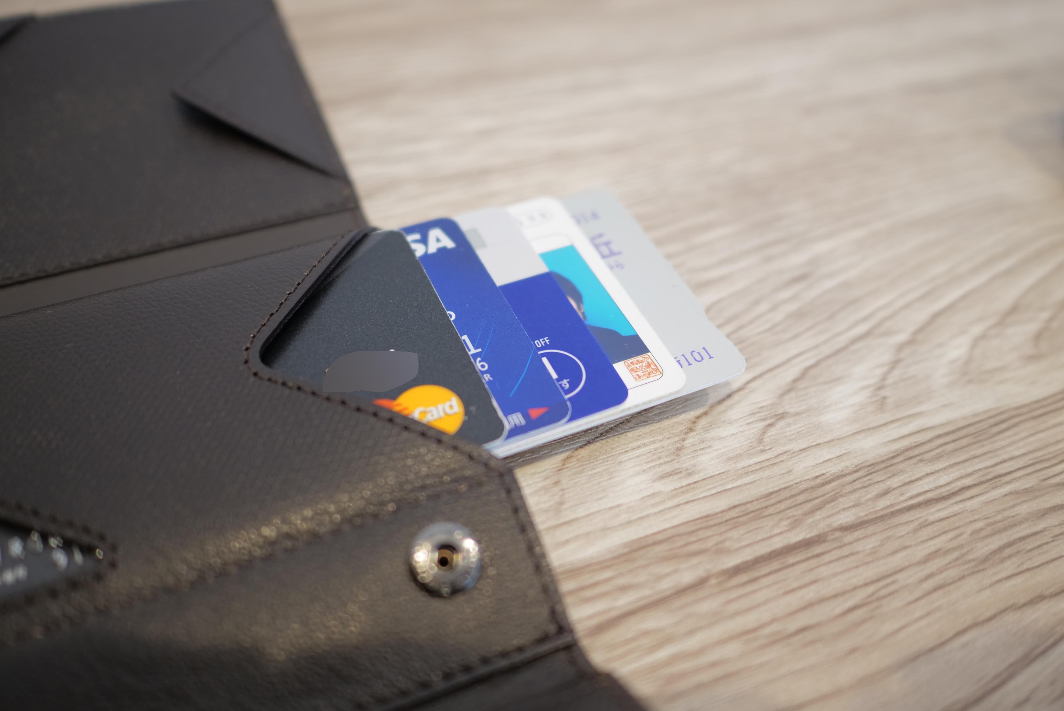アブラサスの薄い財布カードいれた状態