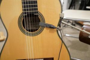 オーディオテクニカのピンマイク、AT831bをギターにつけた状態