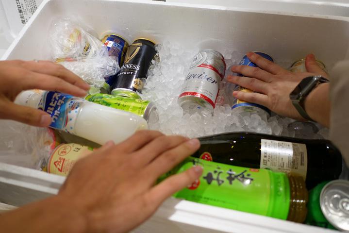 クーラーボックスに詰めた飲み物たち