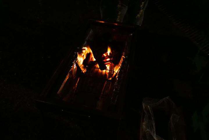 炭に火を起こす