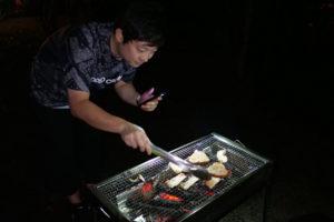 肉を焼く斉藤さん