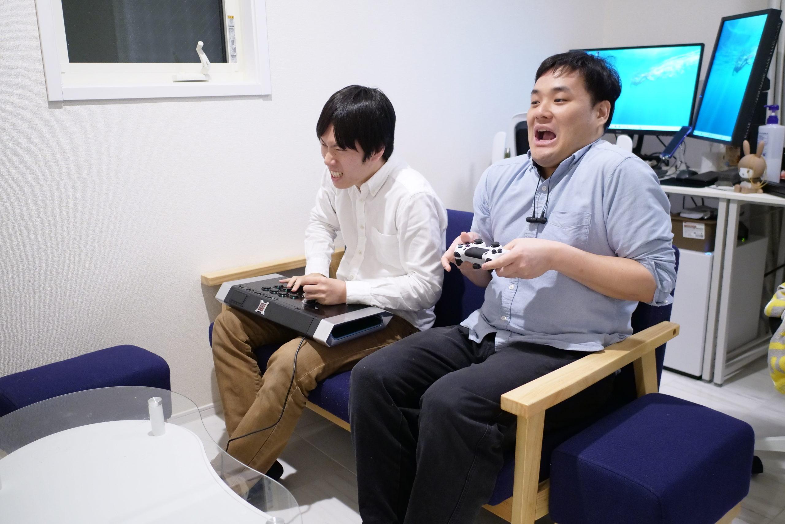 ゲームをしている二人